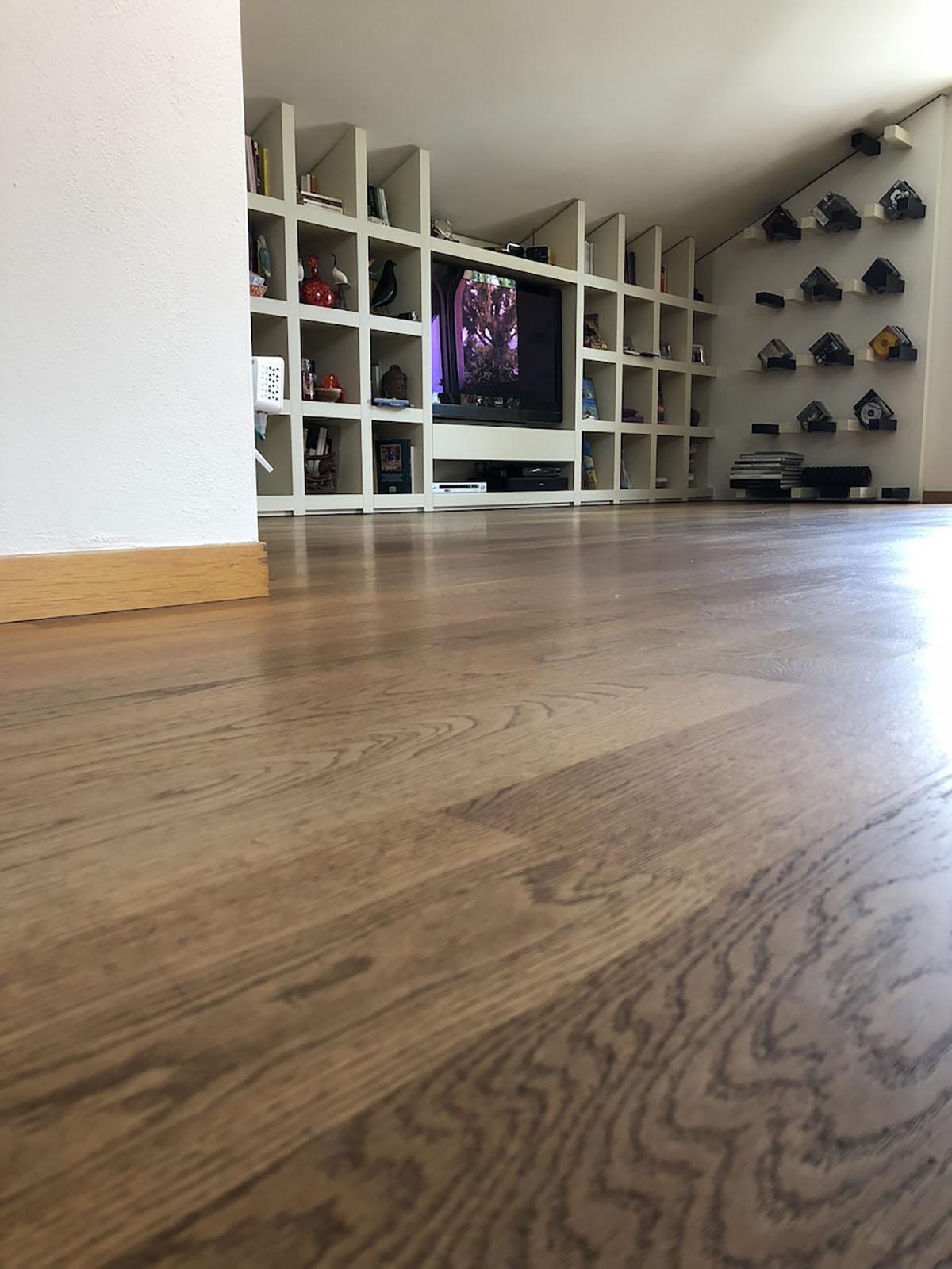 Soggiorno TV con pavimento in rovere finito ad olio