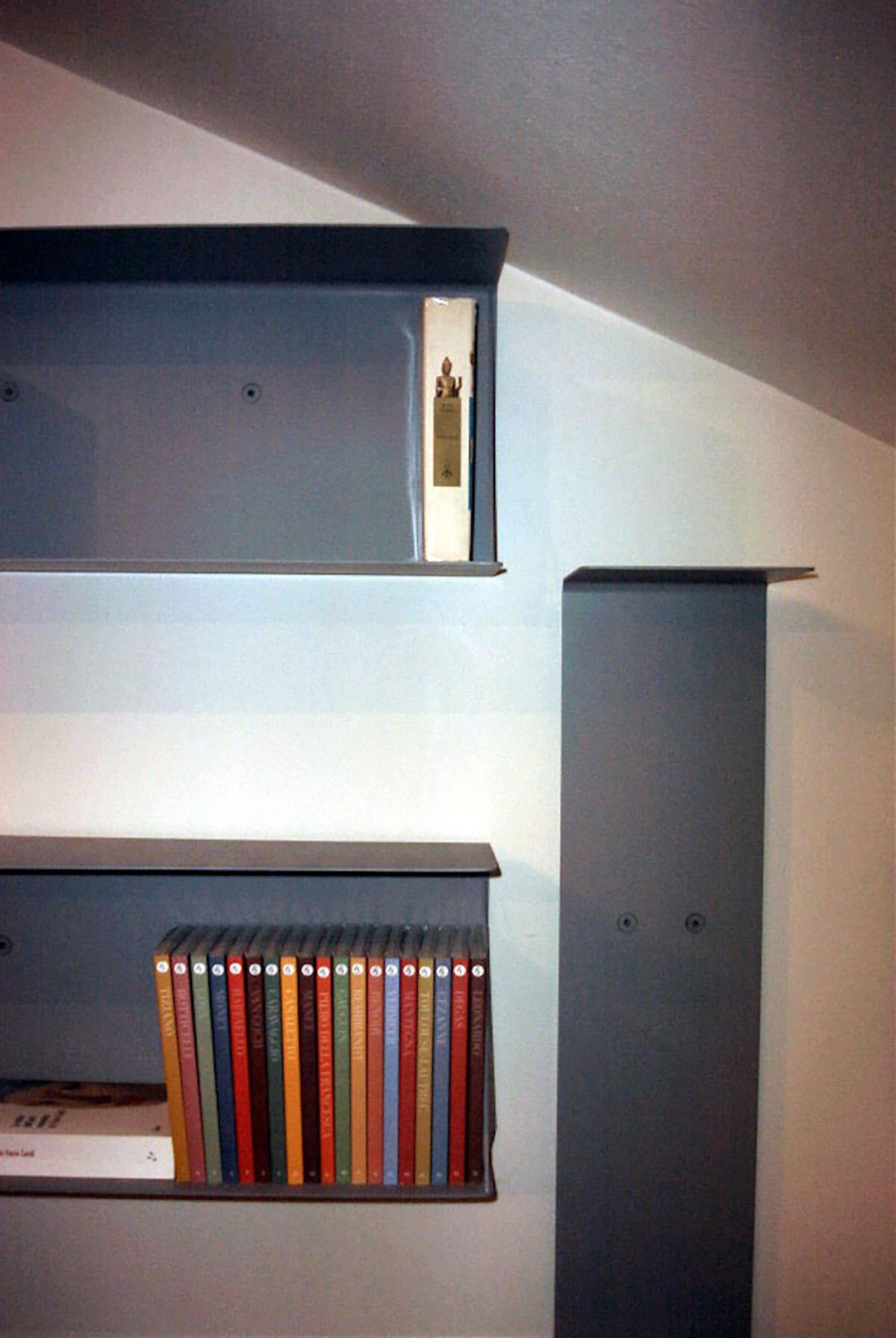Libreria verticale e orizzontale in lamiera piegata su disegno