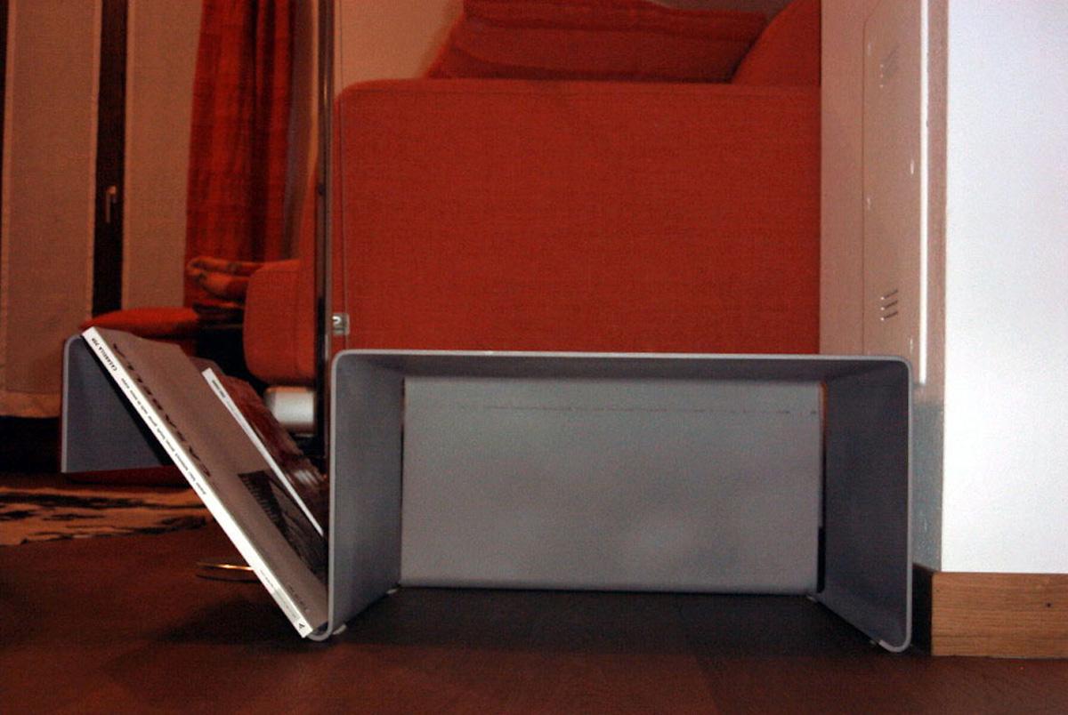 Tavolino porta-riviste in lamiera piegata su disegno