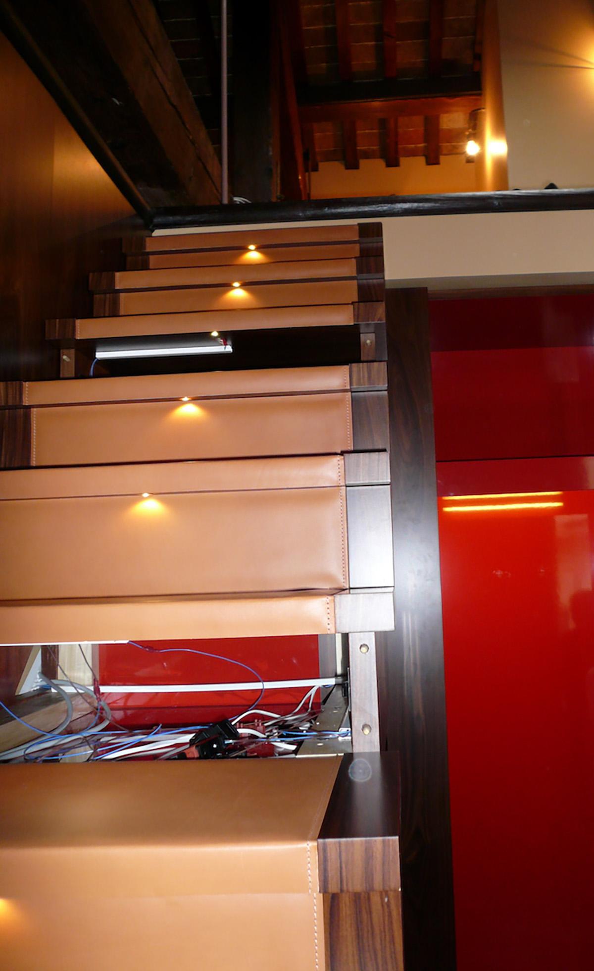 La scala sopra l'armadio con gradini in cuoio e illuminazione led