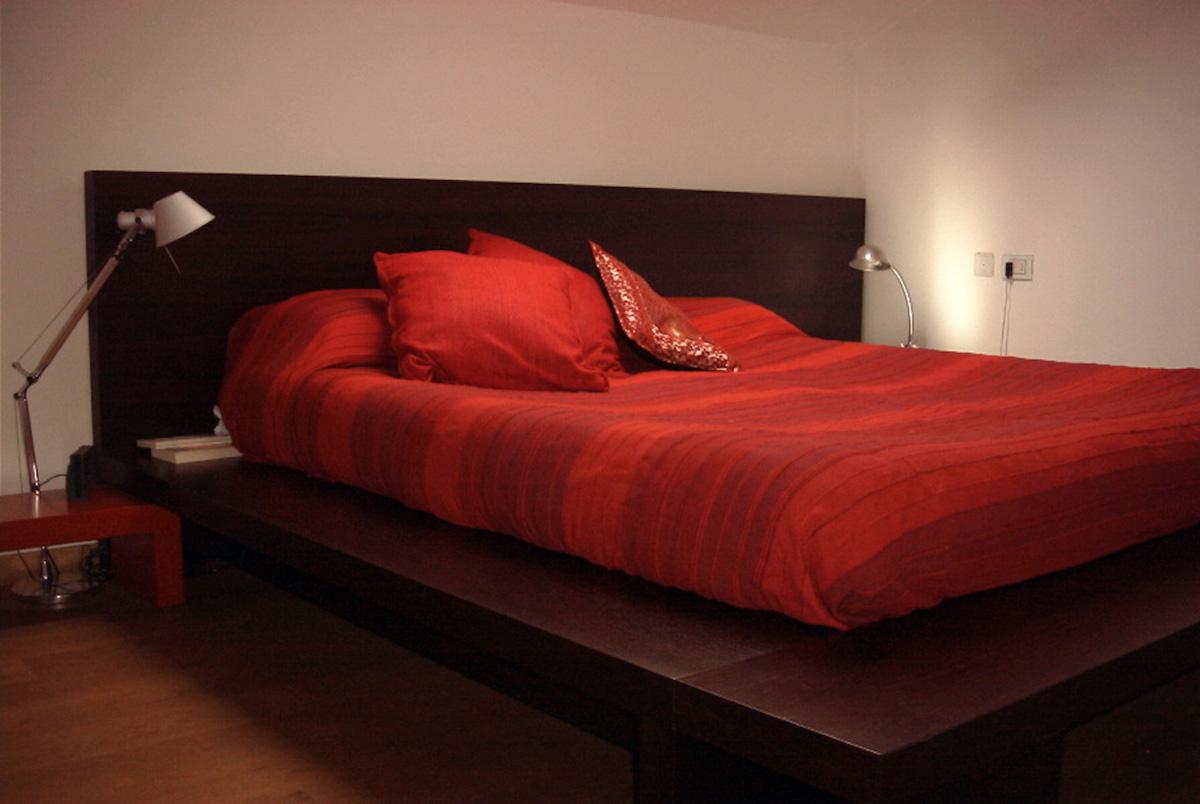 Il letto con comodino su disegno