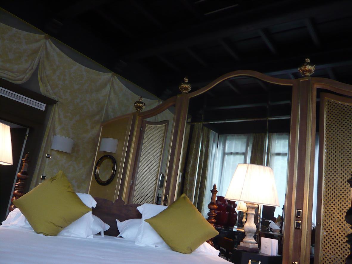 La zona bed della suite nella torre