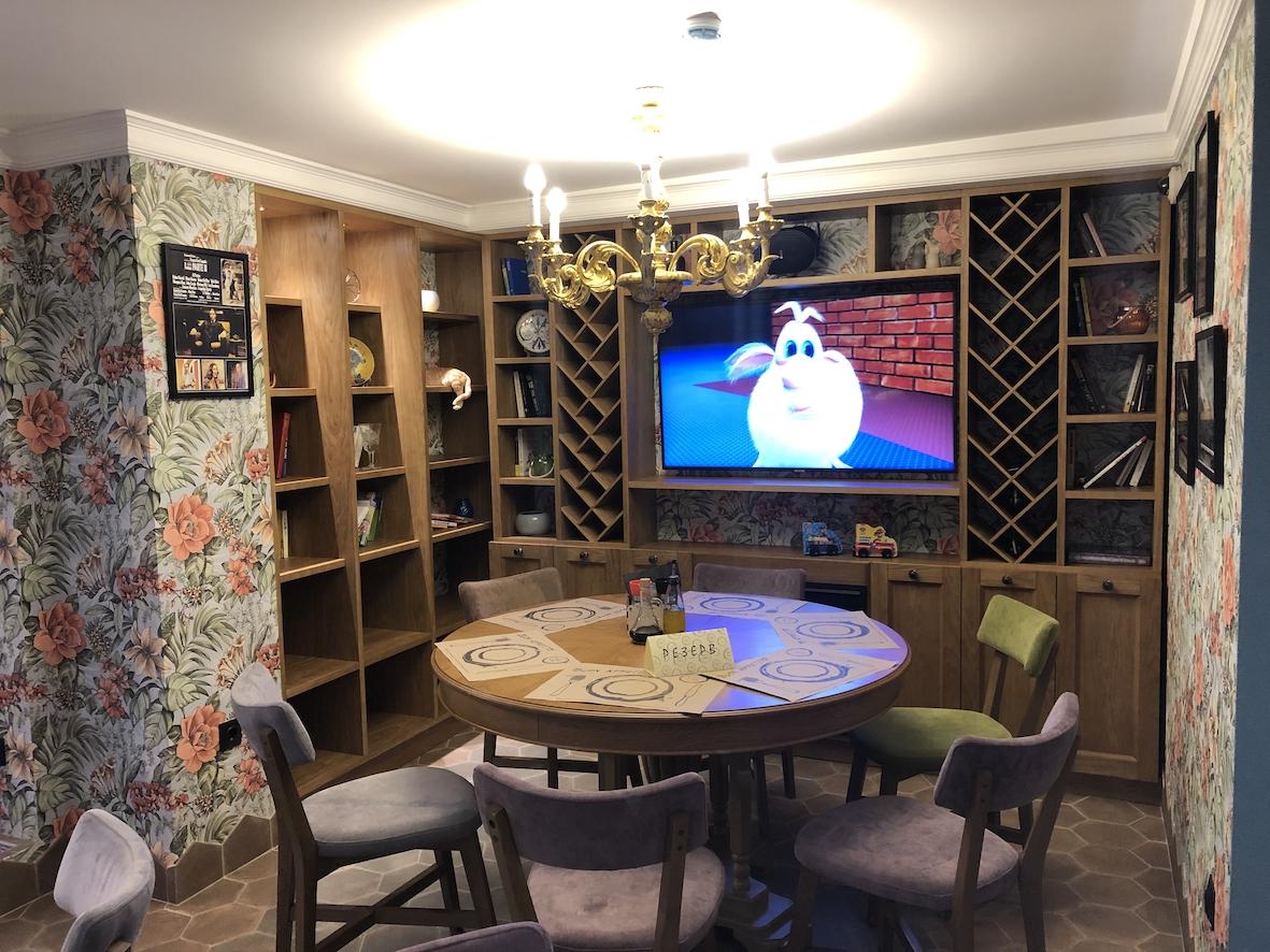 L'angolo famiglie con TV, camino, libreria
