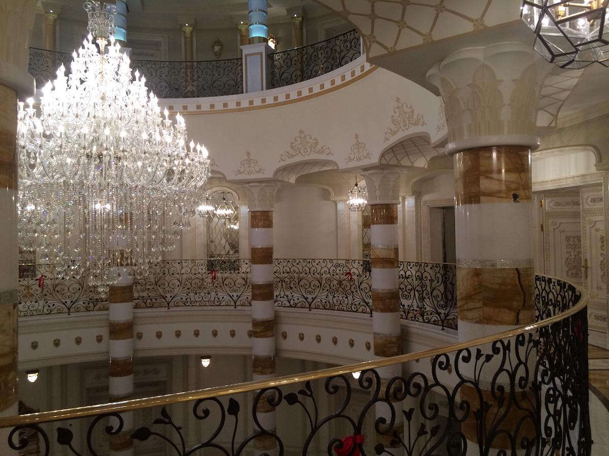 La hall rotonda (lampadario Iris Cristal)