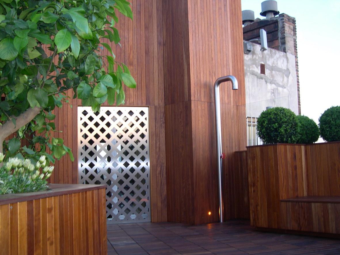"""Accesso al terrazzo con angolo doccia """"Pipe"""" di Boffi e grata di sicurezza"""