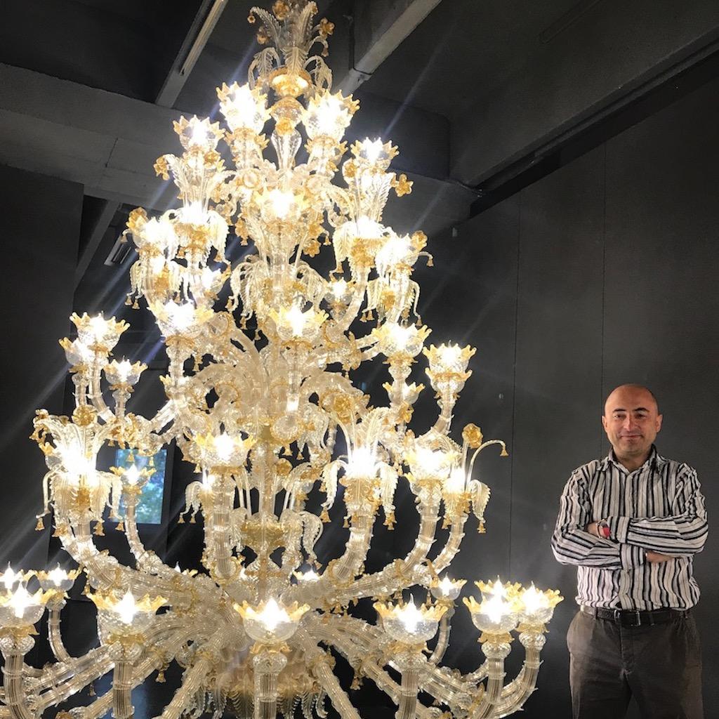 Architetto flavio taietti con lampadario
